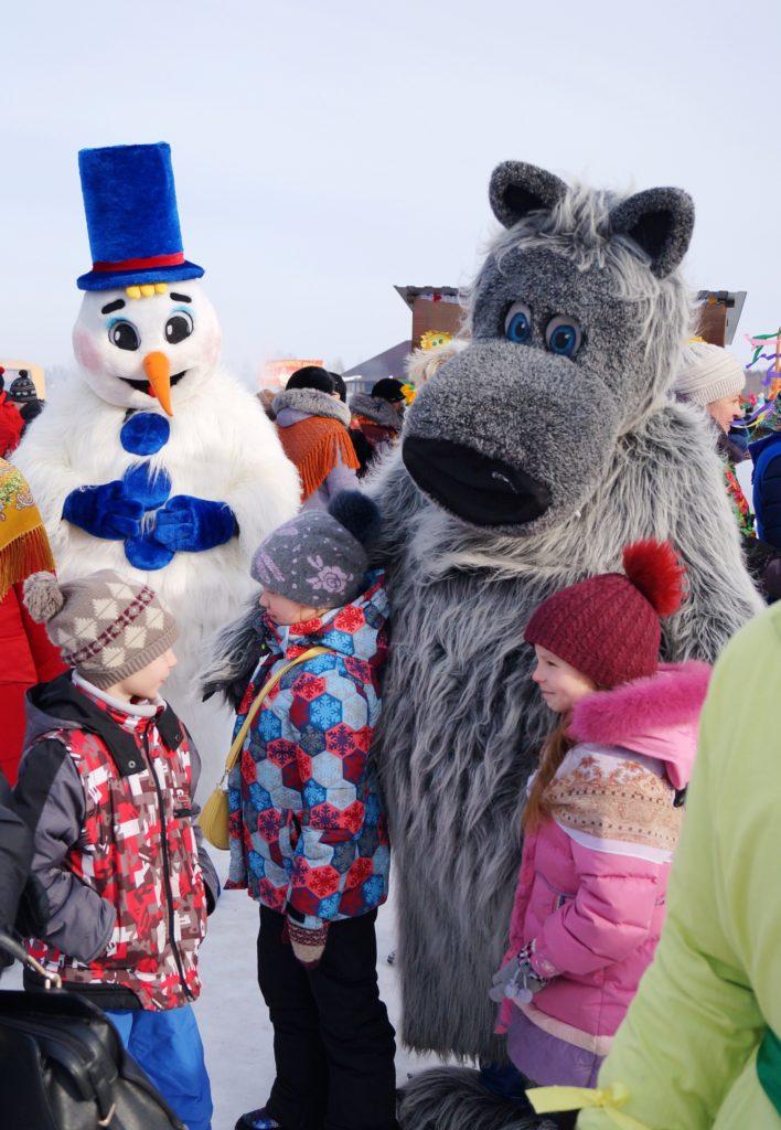 Кто такие - ни съесть ни заморозить? Правильно - Волк и Снеговик на детской площадке!